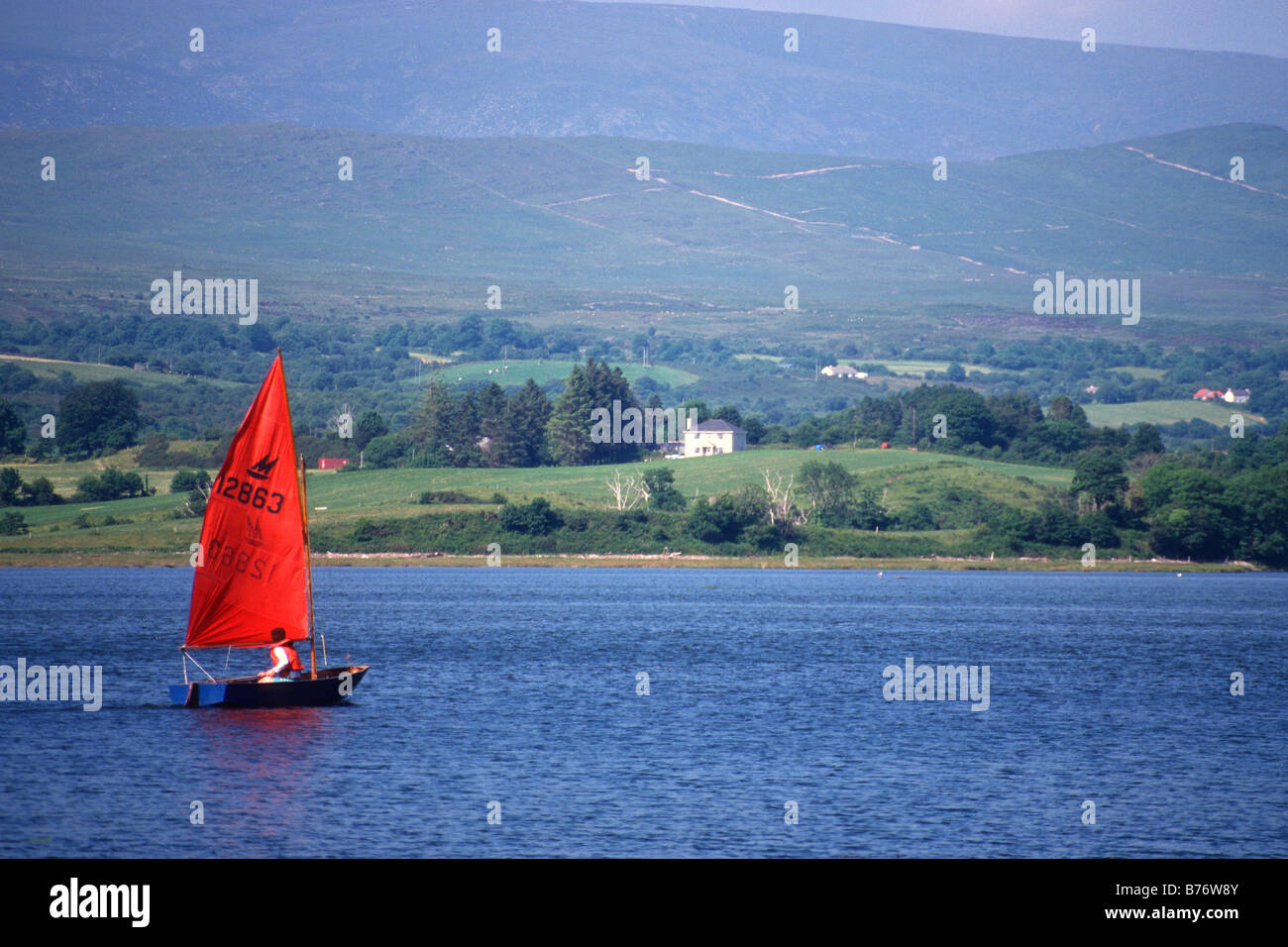 sailing-dinghy-with-red-sail-on-the-kenm