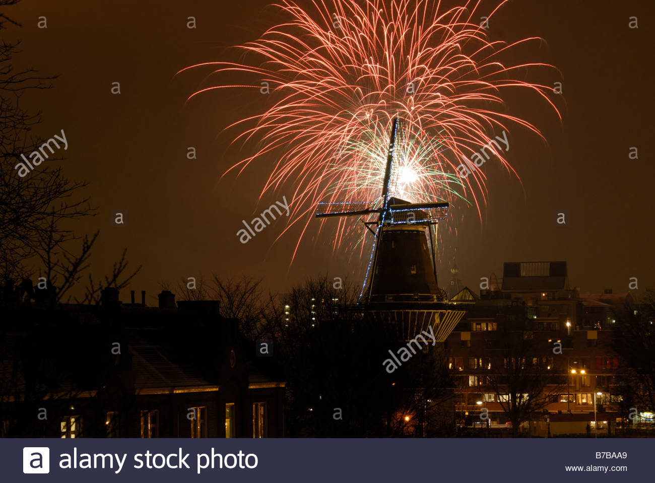 amsterdam-the-netherlands-new-years-eve-fireworks-explode-around-the-B7BAA9.jpg