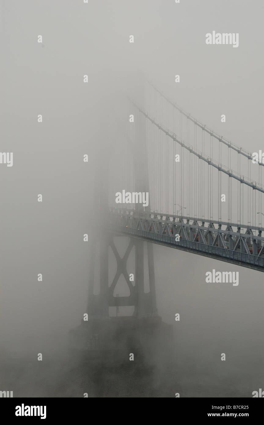 Mid-Hudson Bridge shrouded in fog. Stock Foto
