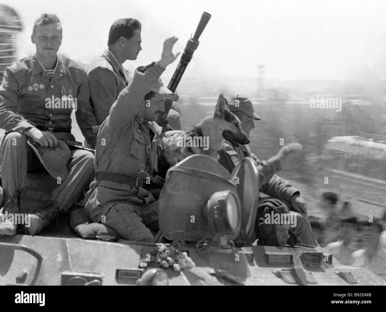 Soviet Afghanistan war - Page 6 Soviet-soldiers-internationalists-return-home-B92DMB