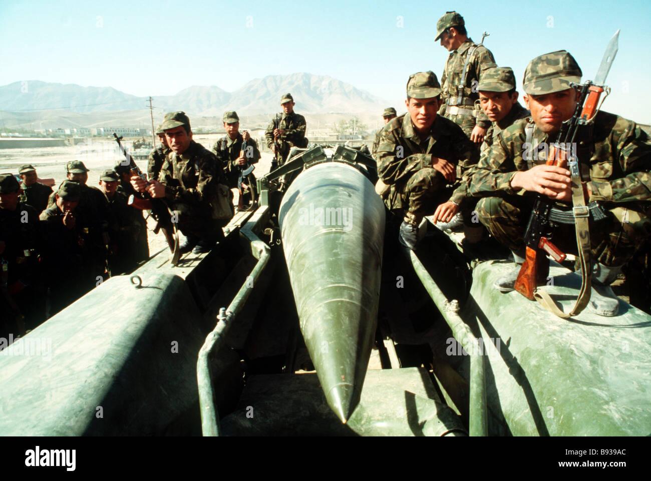 Soviet Afghanistan war - Page 6 Soviet-soldiers-in-afghanistan-B939AC