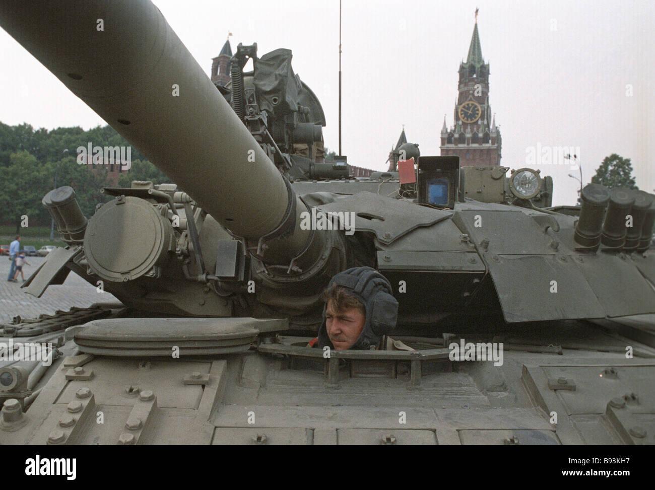 http://c7.alamy.com/comp/B93KH7/a-tank-on-vasilyevsky-spusk-near-the-kremlin-during-the-gkchp-putsch-B93KH7.jpg