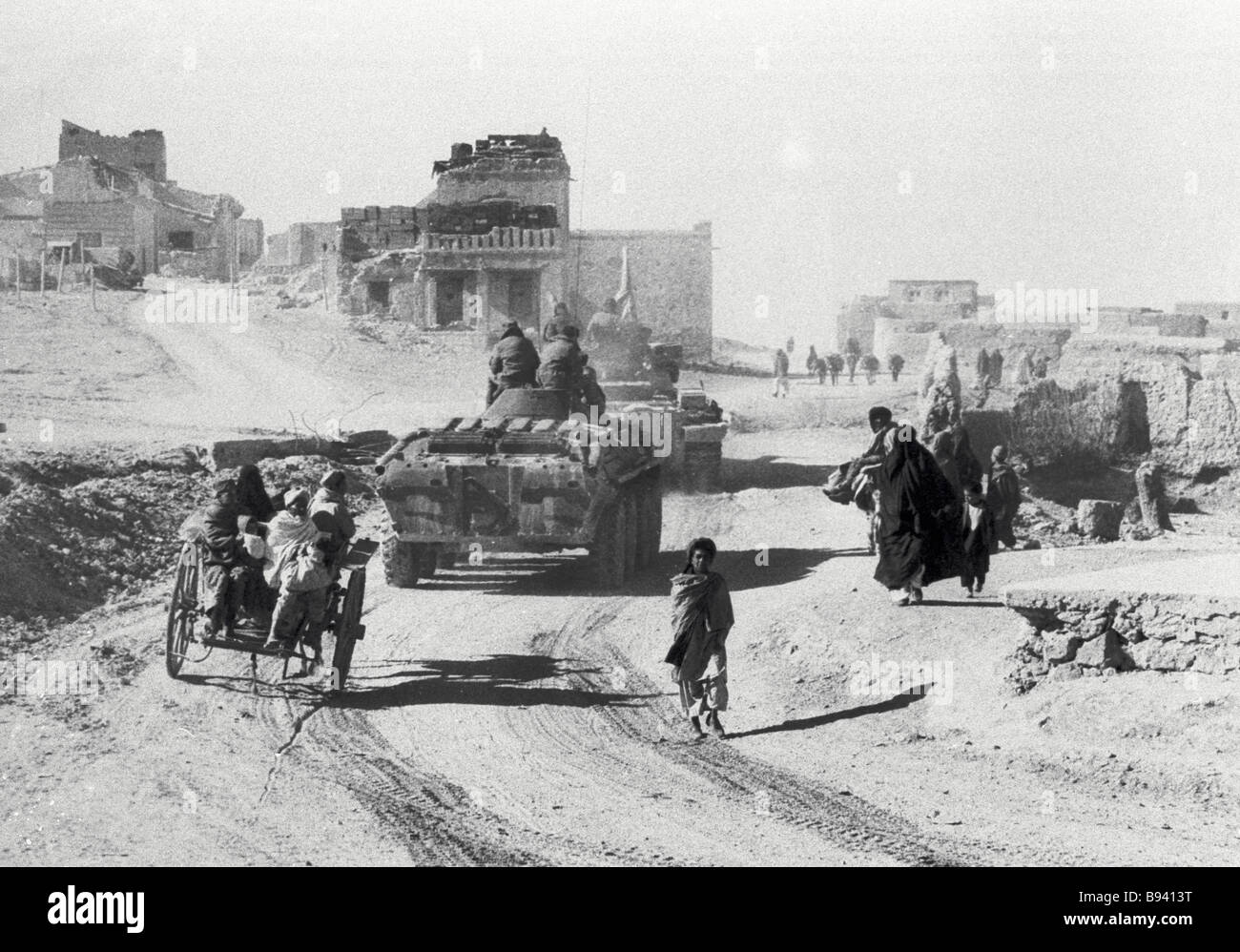 Soviet Afghanistan war - Page 6 Soviet-military-hardware-moves-along-a-kishlak-street-afghanistan-B9413T