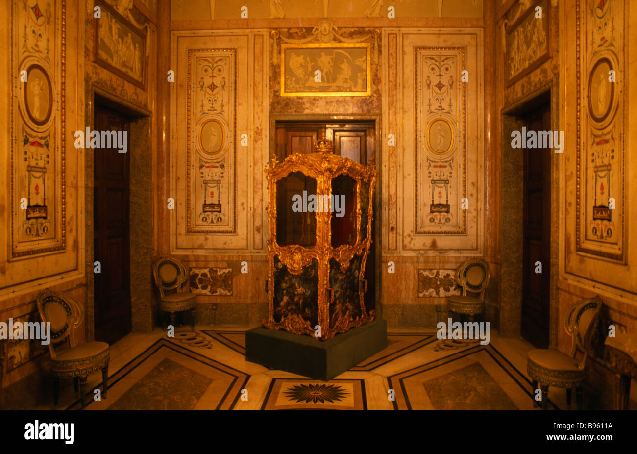 Spain madrid state madrid palacio real royal palace small for Small room in spanish