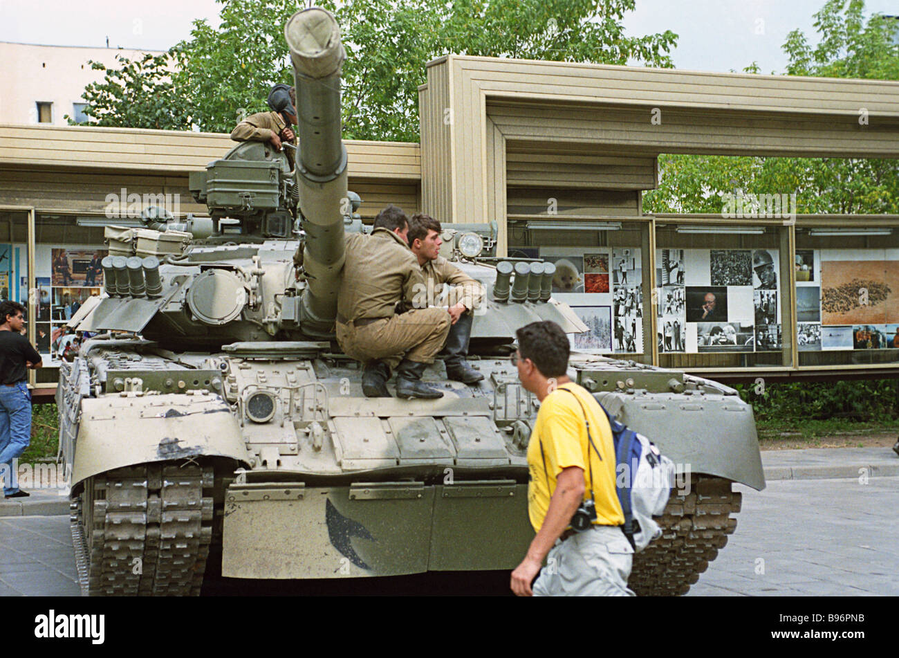 http://c7.alamy.com/comp/B96PNB/tank-in-moscow-streets-on-august-19-1991-on-that-day-a-group-of-top-B96PNB.jpg