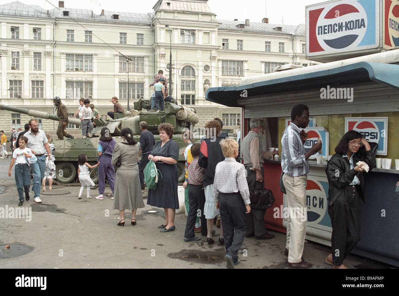 a-tank-in-one-of-moscow-streets-during-the-august-1991-coup-B9AFMP.jpg