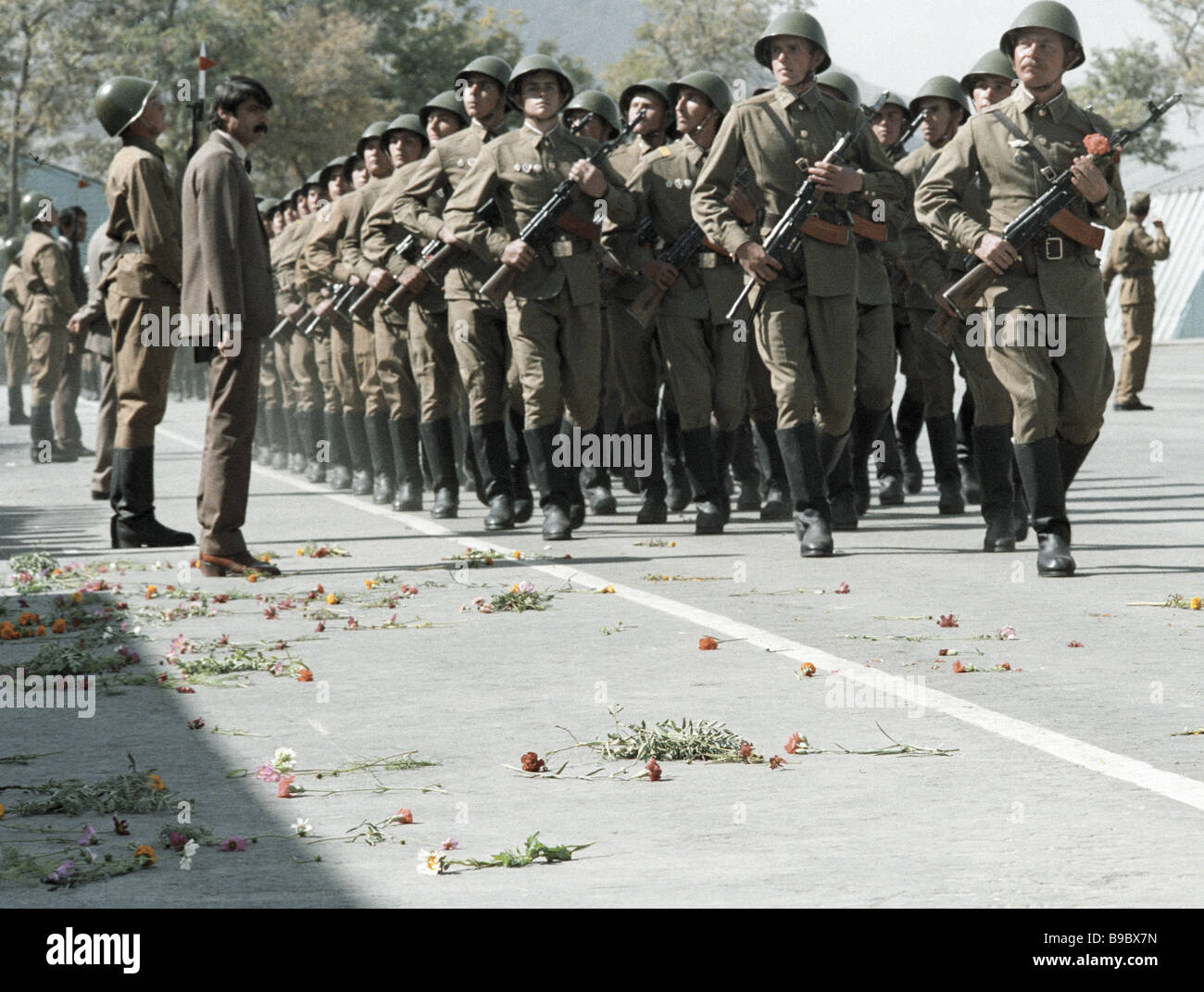 Soviet Afghanistan war - Page 6 Parade-on-the-occasion-of-the-soviet-military-contingent-s-return-B9BX7N