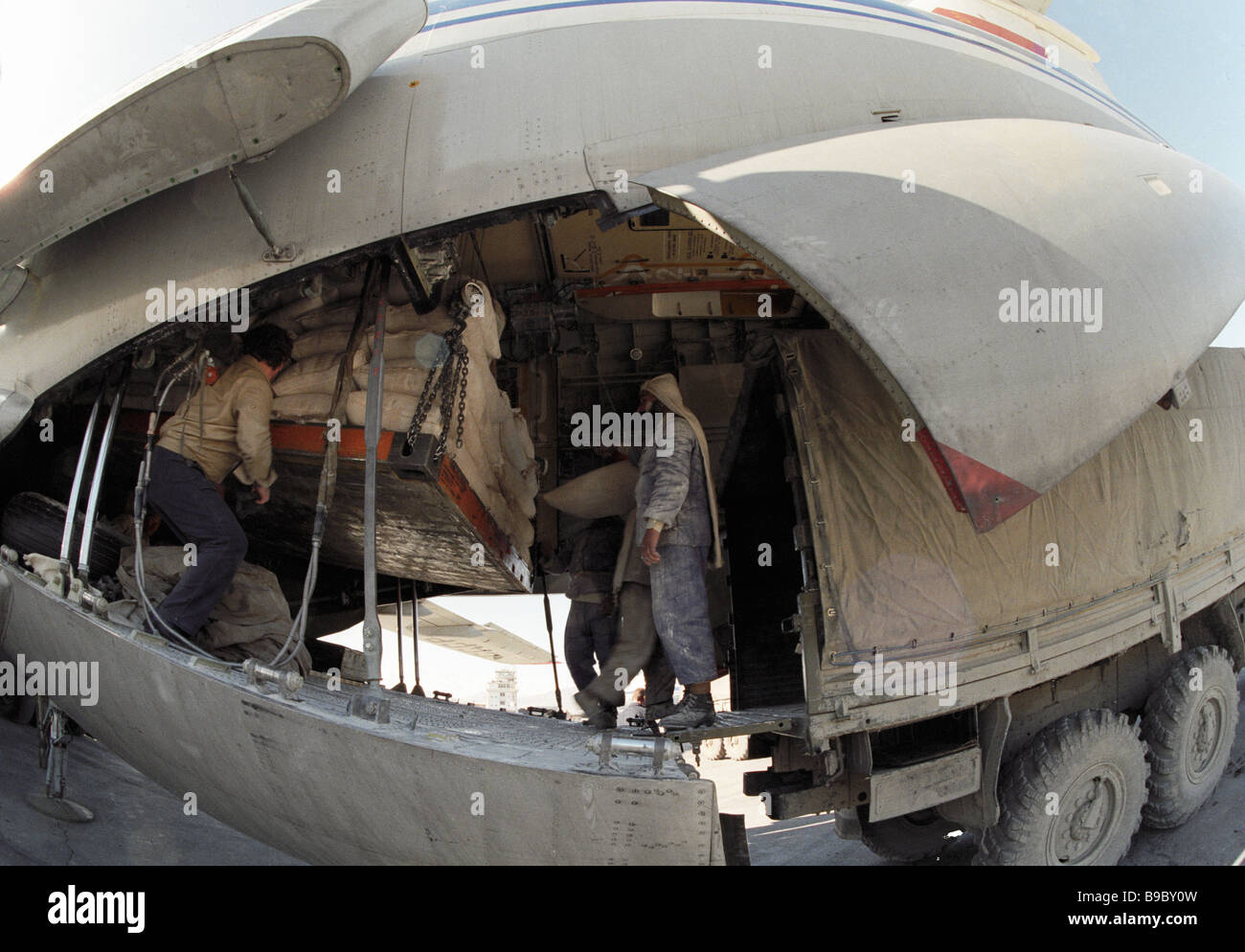 Soviet Afghanistan war - Page 6 Offloading-flour-from-a-soviet-aircraft-in-afghanistan-B9BY0W