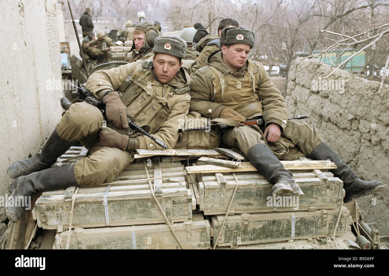 Soviet Afghanistan war - Page 6 Soldiers-of-soviet-troops-limited-contingent-during-a-lull-in-afghan-B9D6FF