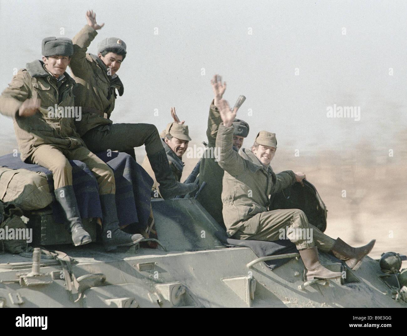 Soviet Afghanistan war - Page 6 Soviet-troops-leaving-afghanistan-B9E3GG