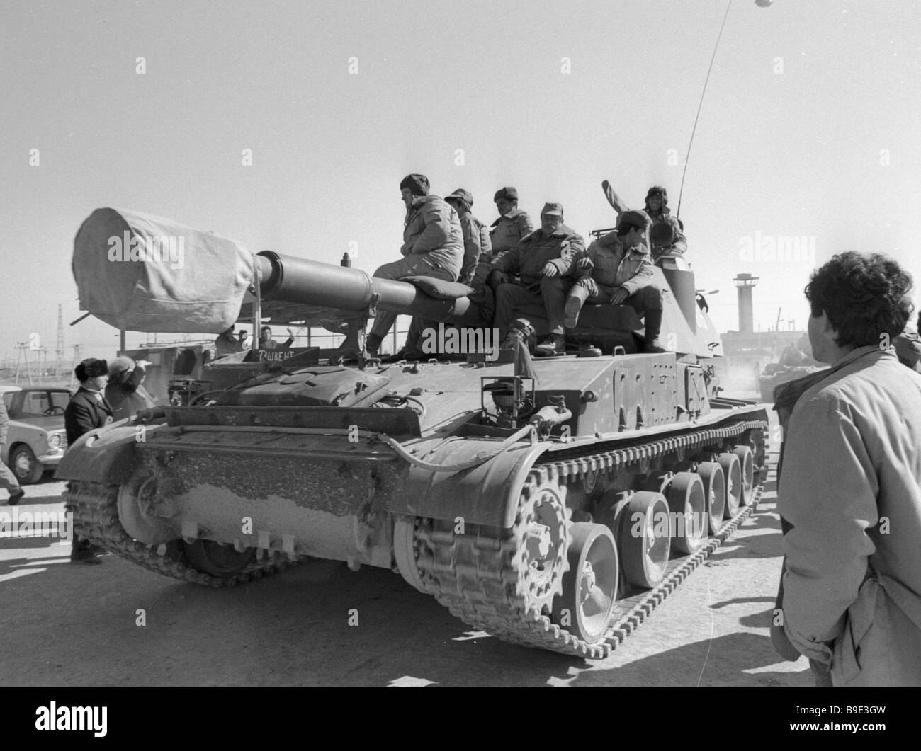 Soviet Afghanistan war - Page 6 The-rest-of-the-soviet-troops-leaving-afghanistan-B9E3GW