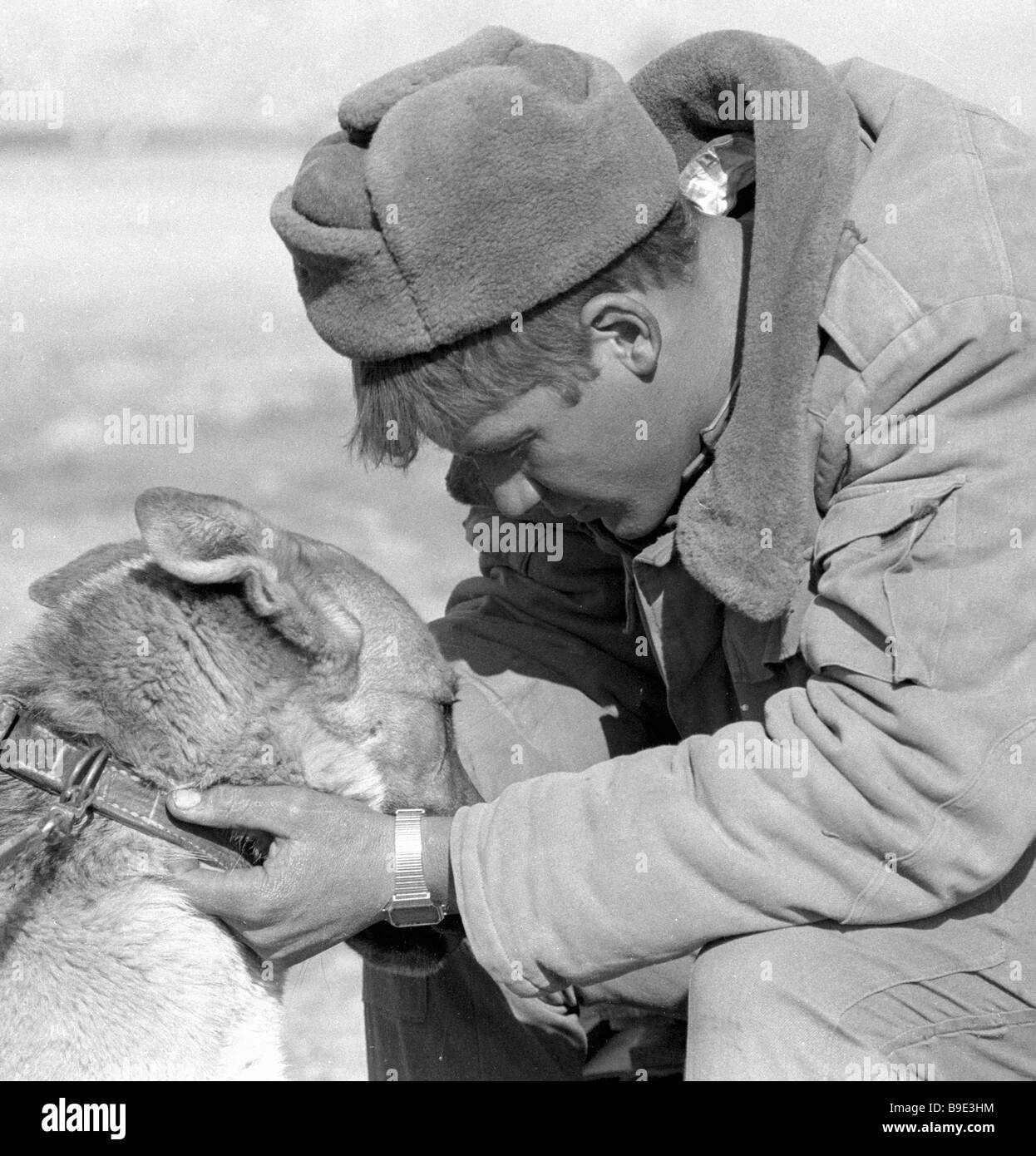 Soviet Afghanistan war - Page 6 A-soldier-says-goodbye-to-a-dog-soviet-troops-withdraw-from-afghanistan-B9E3HM