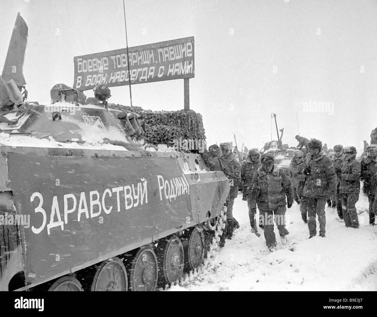 Soviet Afghanistan war - Page 6 Kushka-inhabitants-meet-soldiers-internationalists-returning-home-B9E3J7