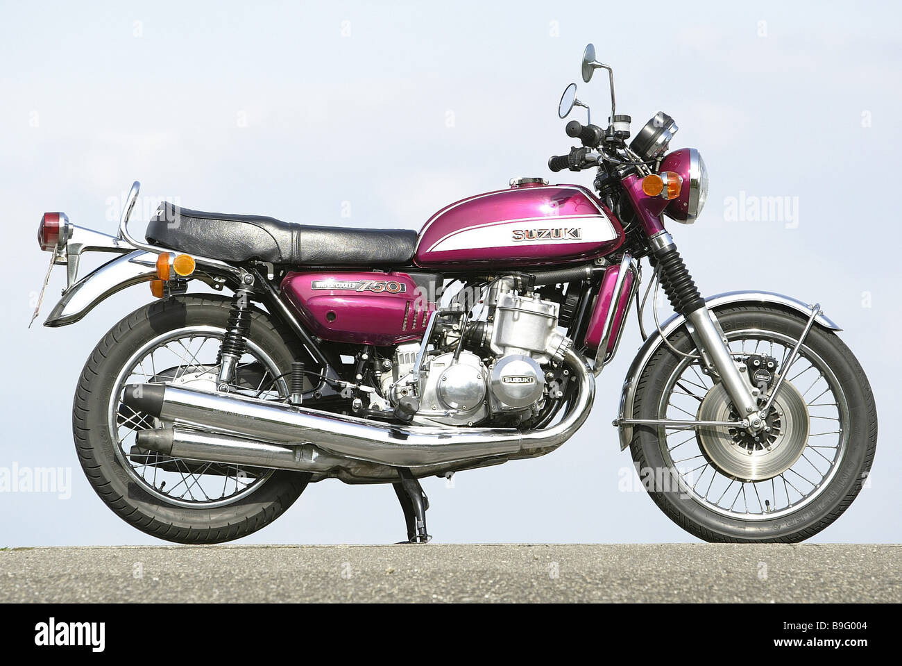 motorcycle suzuki gt 750 purple at the side bicycle means. Black Bedroom Furniture Sets. Home Design Ideas