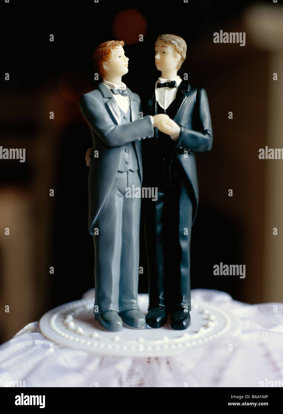 A gay bridal couple on a cake, Sweden. Stock Foto
