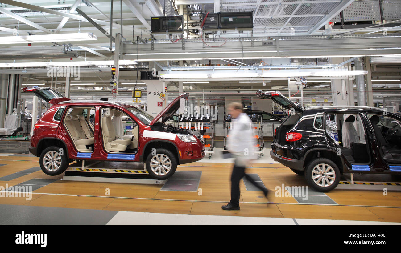 worker on the assembly line of the vw tiguan at auto 5000. Black Bedroom Furniture Sets. Home Design Ideas