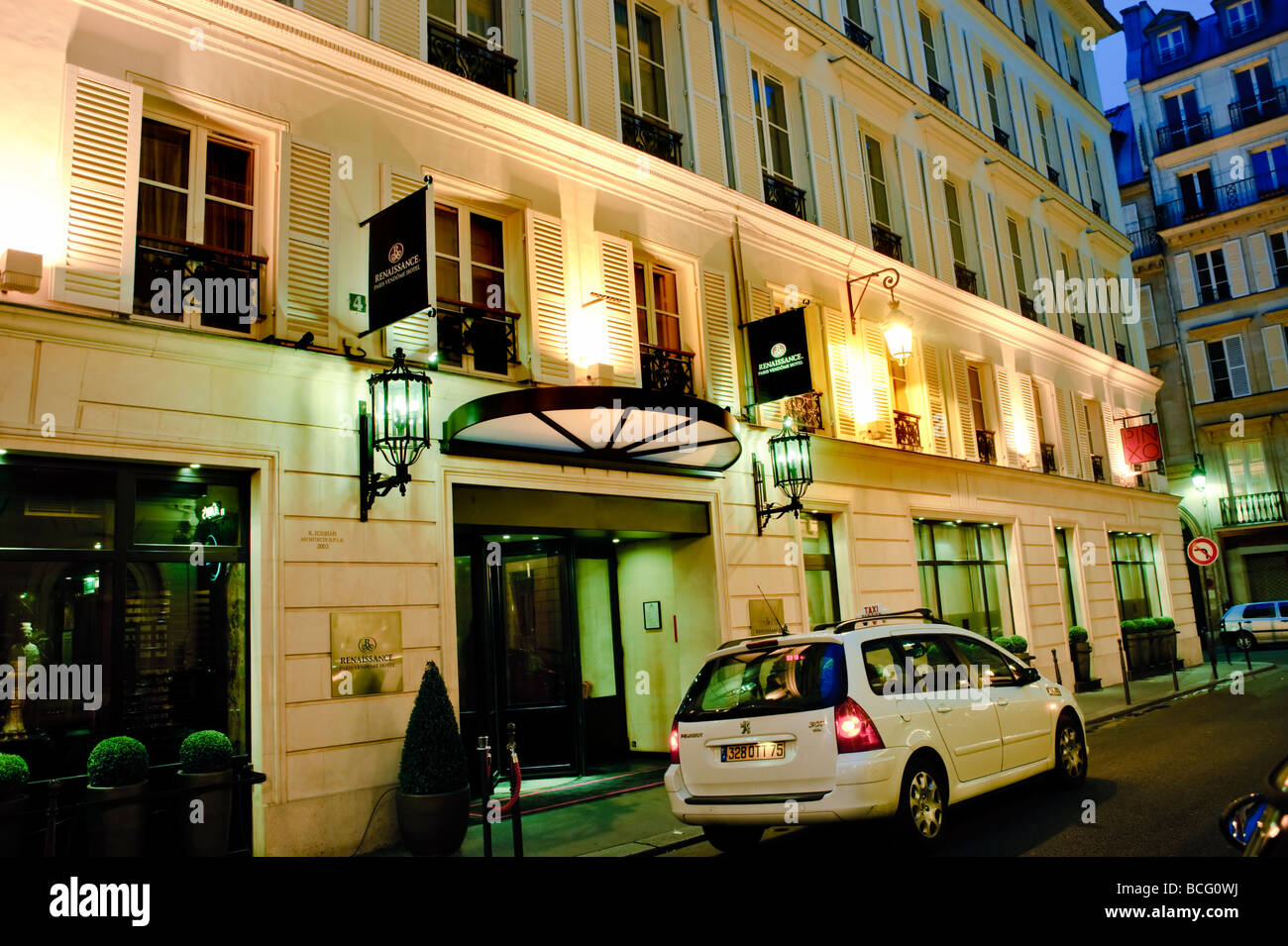 Paris france contemporary luxury hotel exterior for Luxury hotels paris france