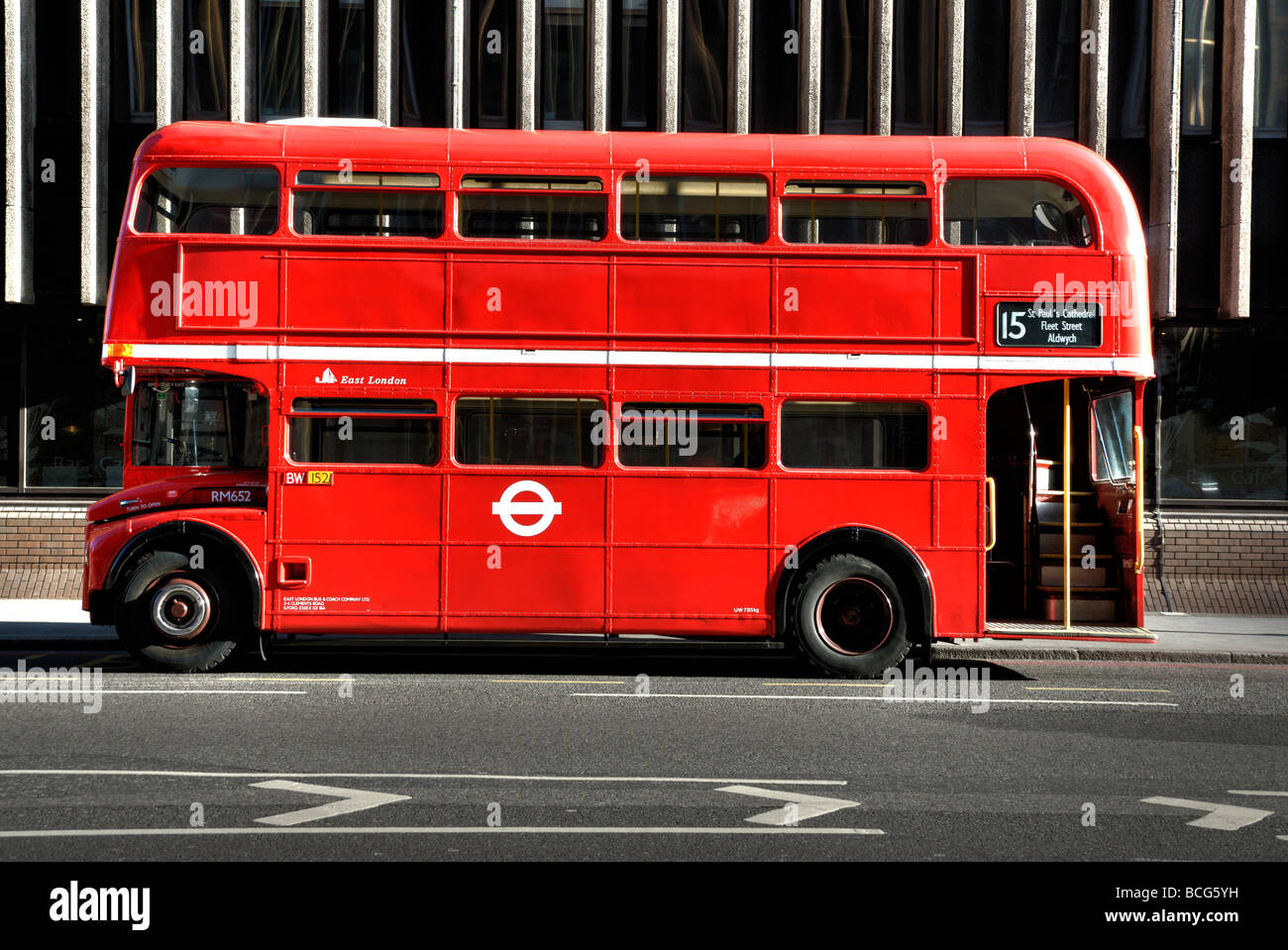 no 15 london bus with no advertising side view stockfoto lizenzfreies bild 24942165 alamy. Black Bedroom Furniture Sets. Home Design Ideas