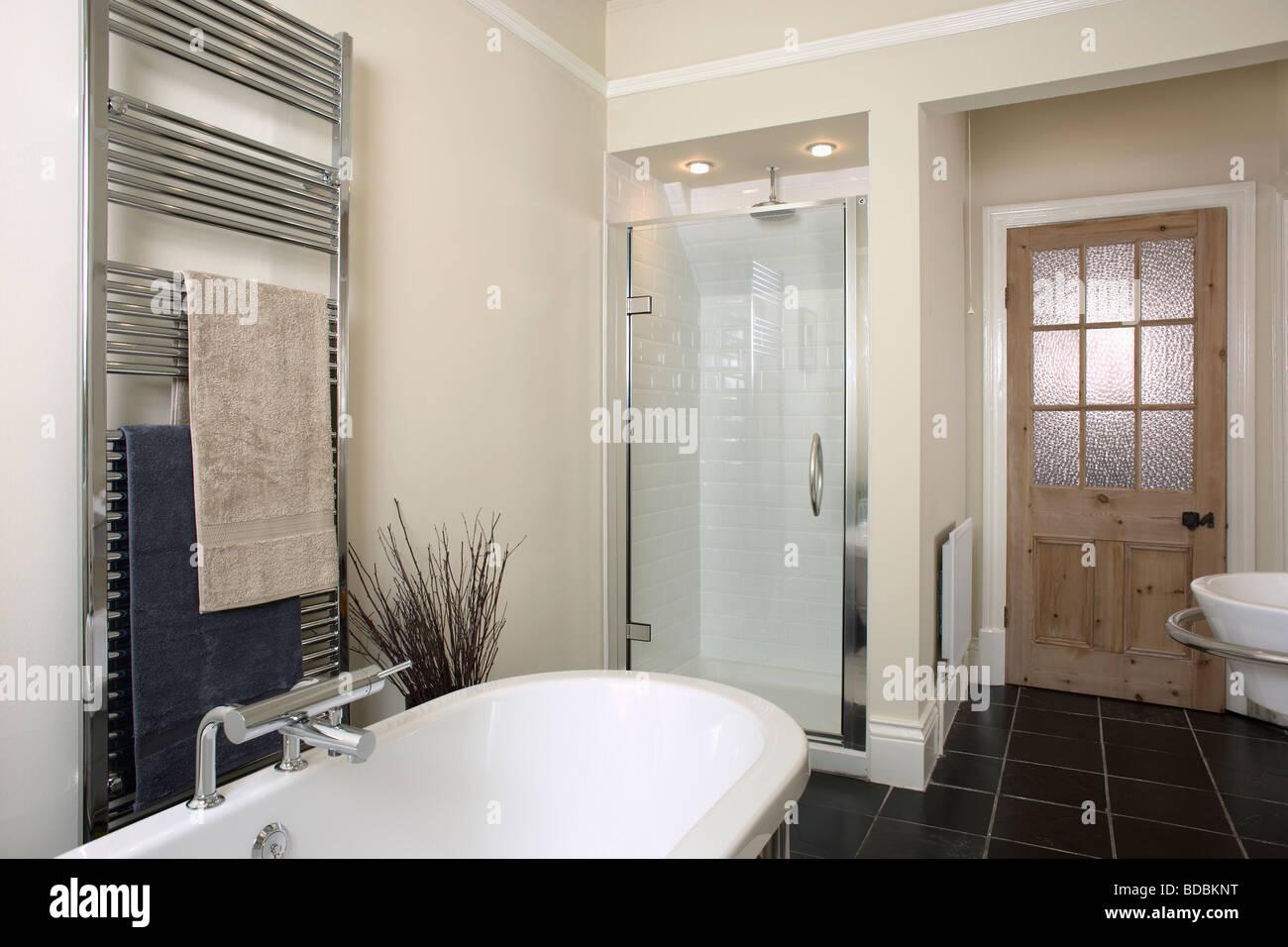 Stainless steel heated towel rail above bath in modern - Radiator badezimmer ...