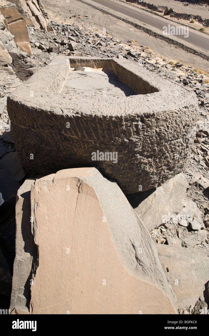 On s'y perd ! Cliquez ici pour remettre vos croyances dans le bon sens. - Page 12 Unfinished-sarcophagus-abandoned-in-the-schist-quarries-at-wadi-hammamat-BGFKC6