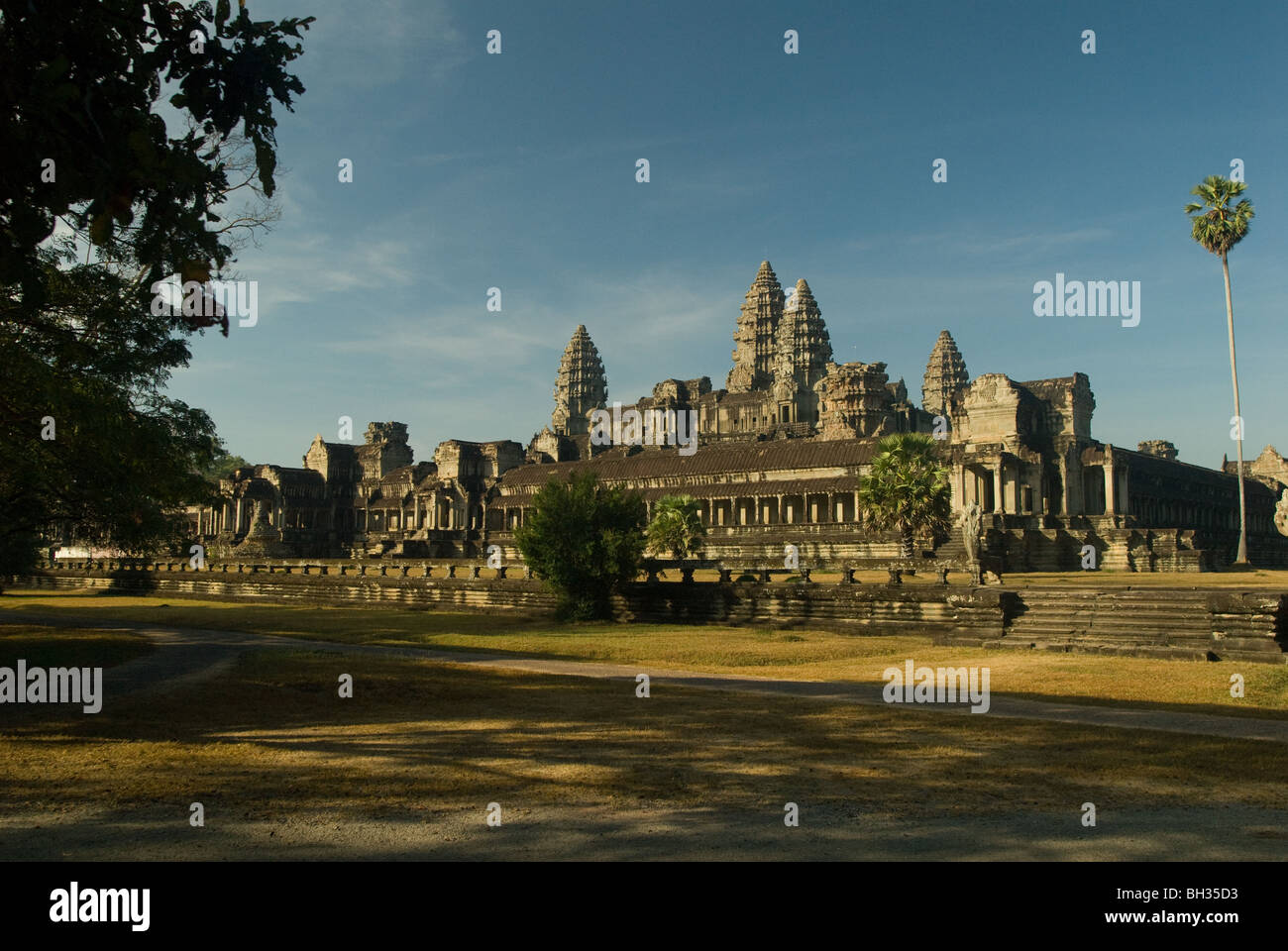 angkor-wat-in-the-morning-light-BH35D3.j