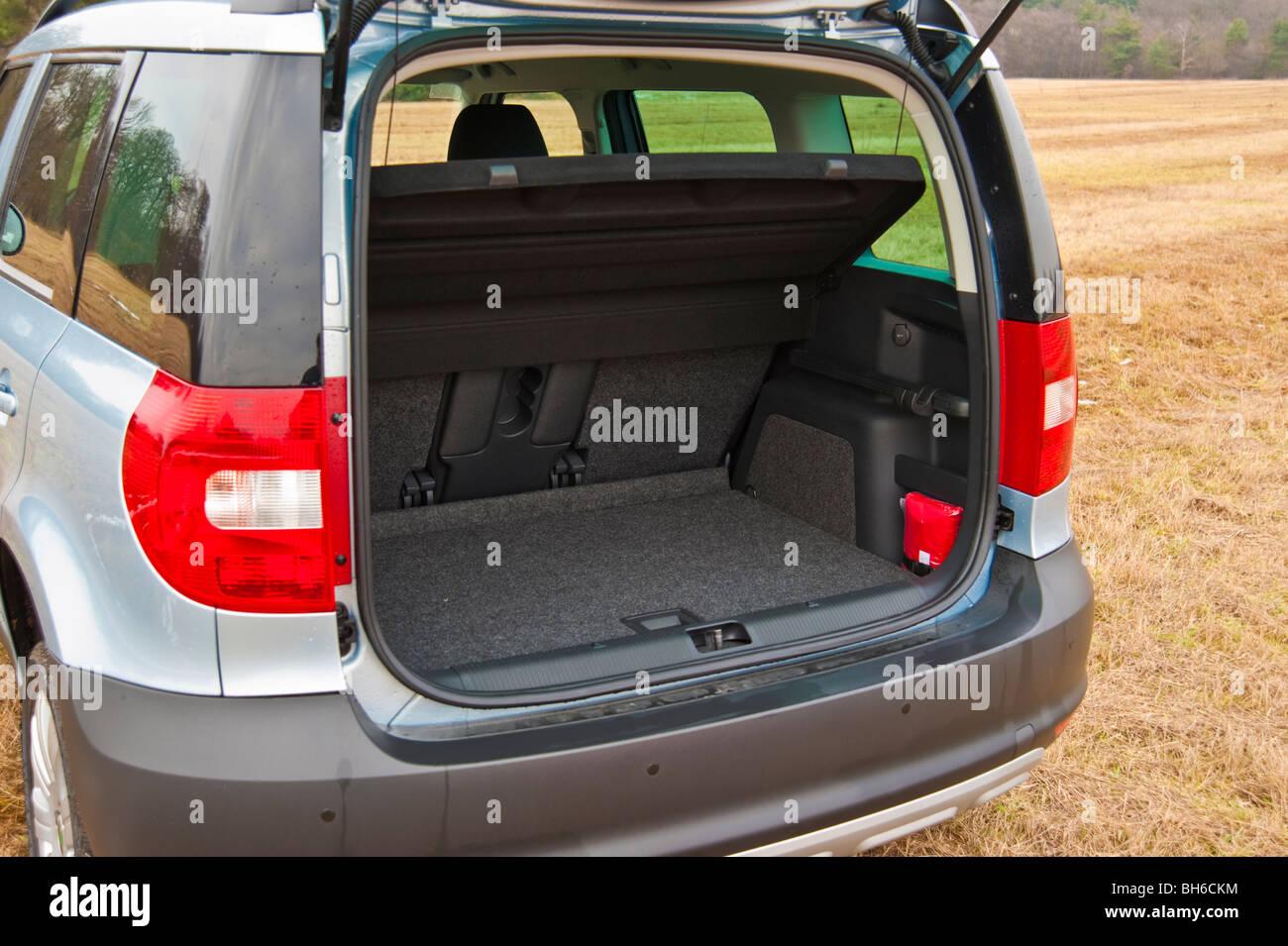 boot trunk luggage compartment skoda yeti suv 2010. Black Bedroom Furniture Sets. Home Design Ideas