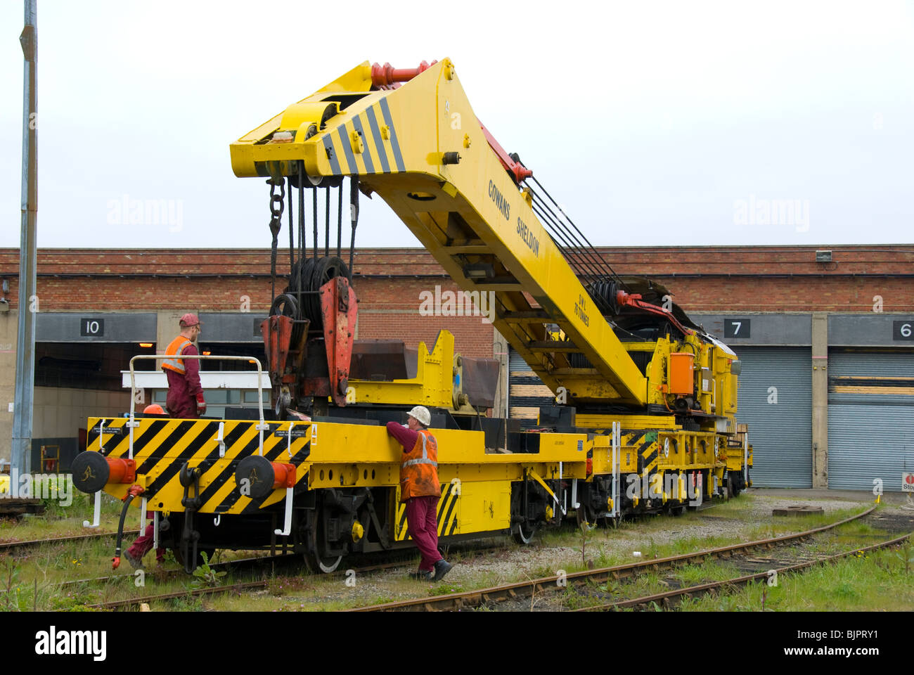 Cowans Sheldon 75 tonne strut jib rail crane.  Stowing the jib on to the relieving bogey.  Teeside, UK Stock Photo
