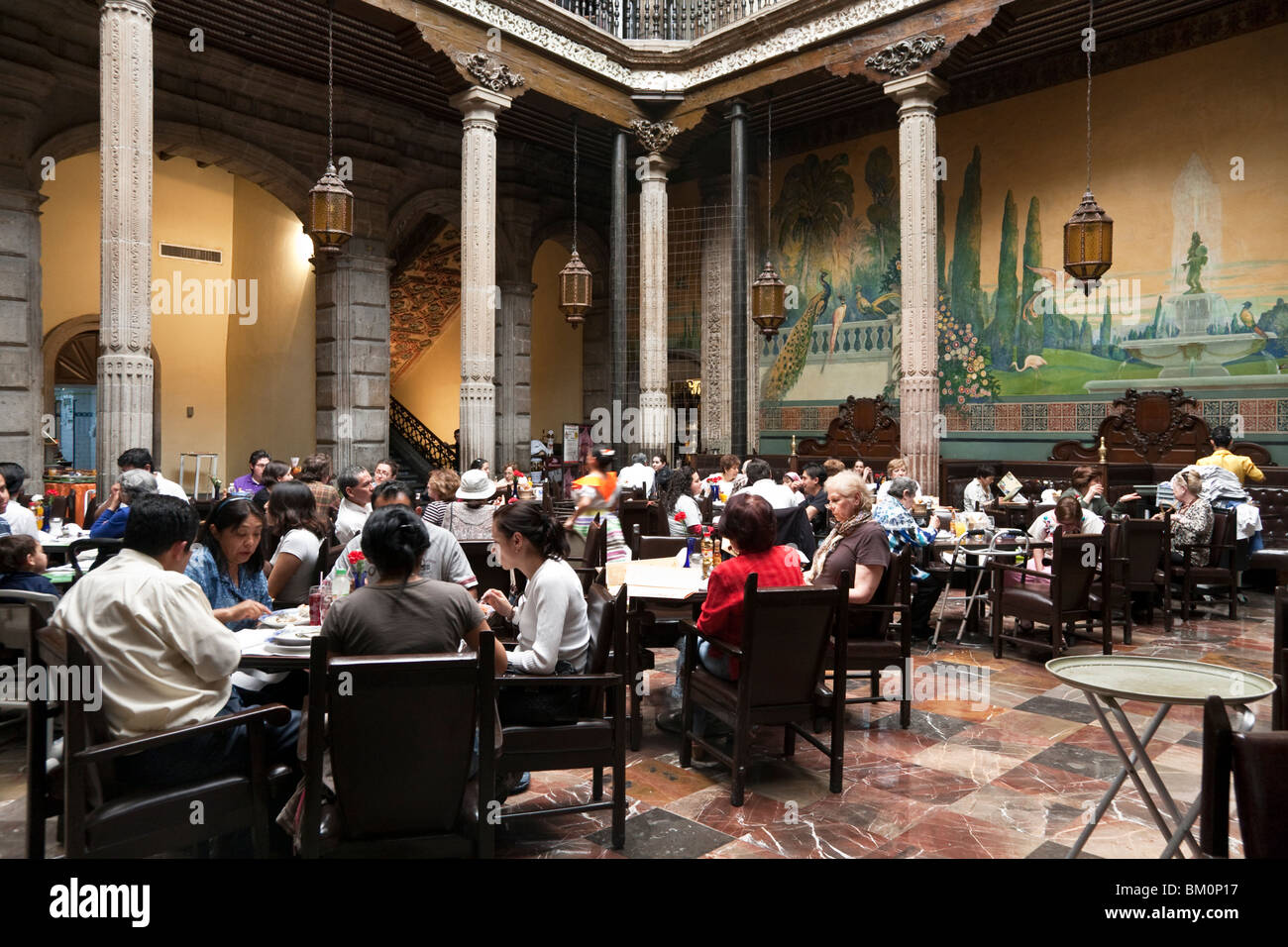 Diners crowd sky lit central patio of sanborns house of for Sanborns restaurant mexico