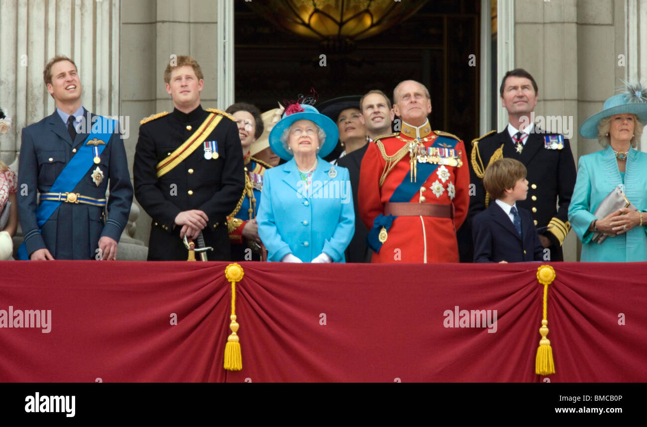 The queen and members of the royal family on the balcony for Queen on balcony