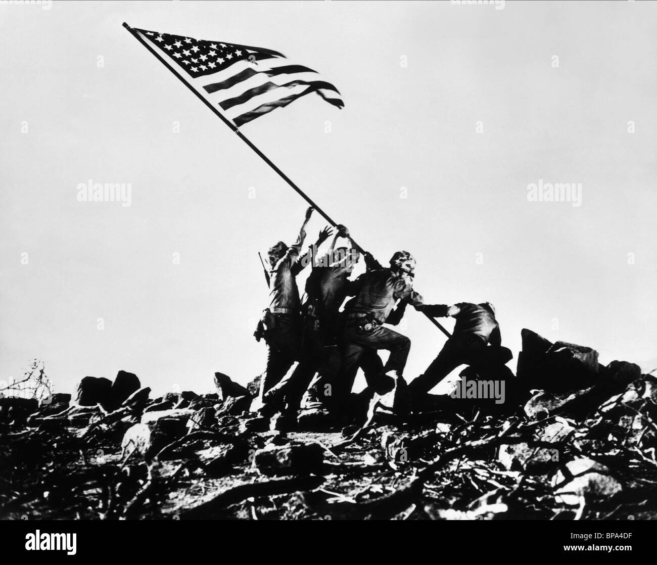 SCENE WITH TROOPS RAISING FLAG SANDS OF IWO JIMA (1949) Stock Foto