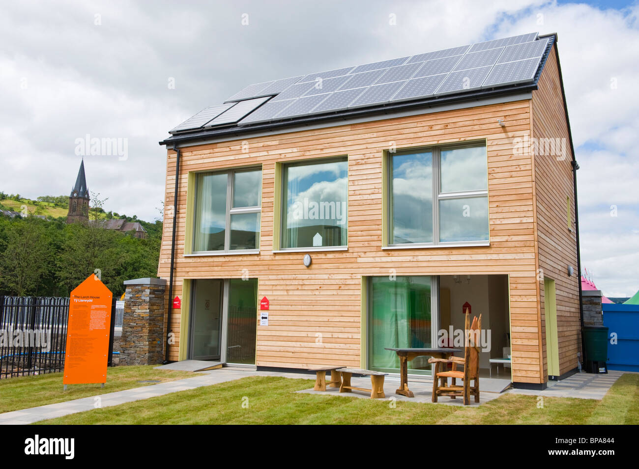 Timber clad zero carbon passive house with triple glazed windows & roof covered with solar panels for electricity Stock Foto