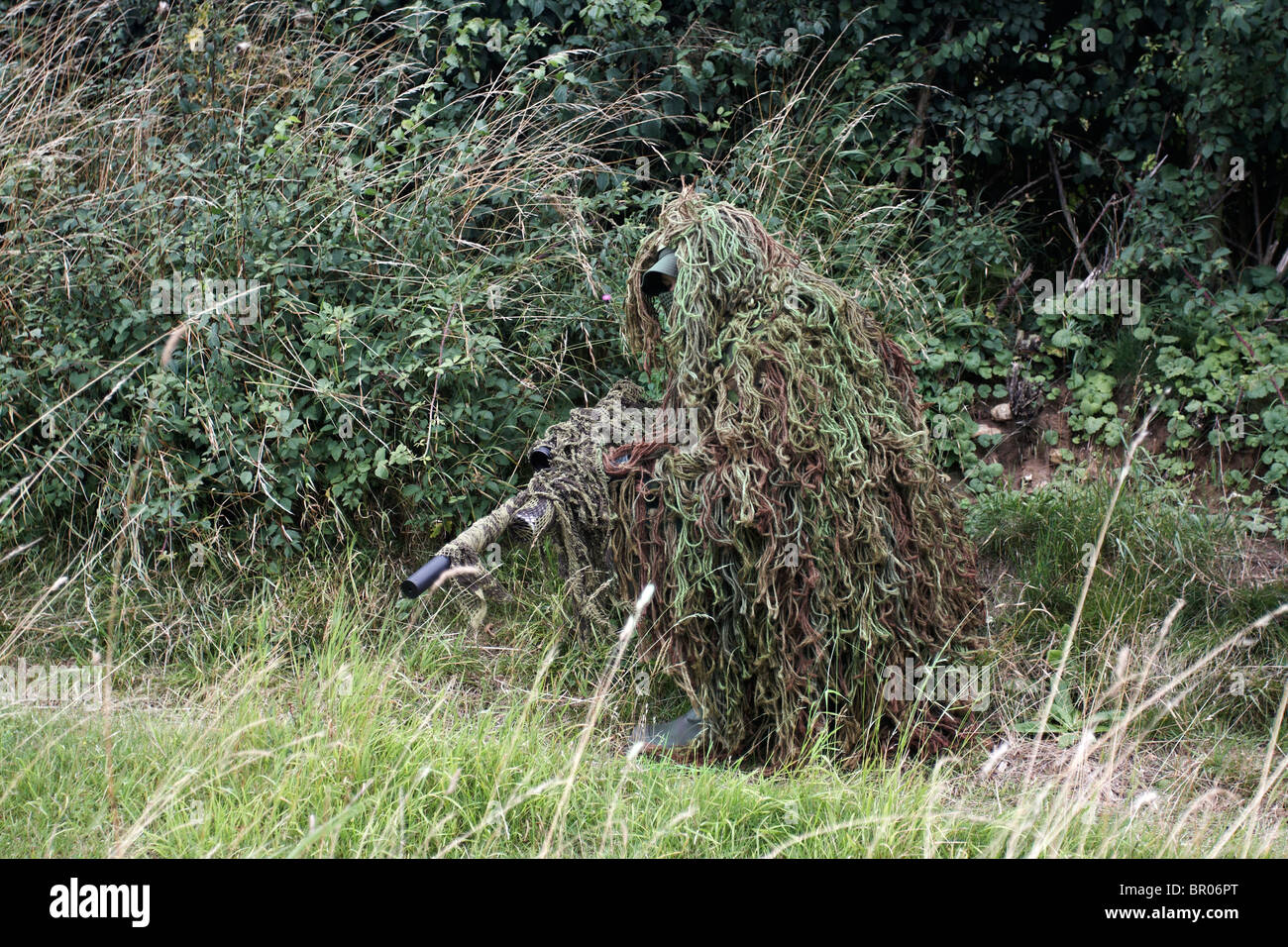 hunter-wearing-ghillie-suit-for-camoufla