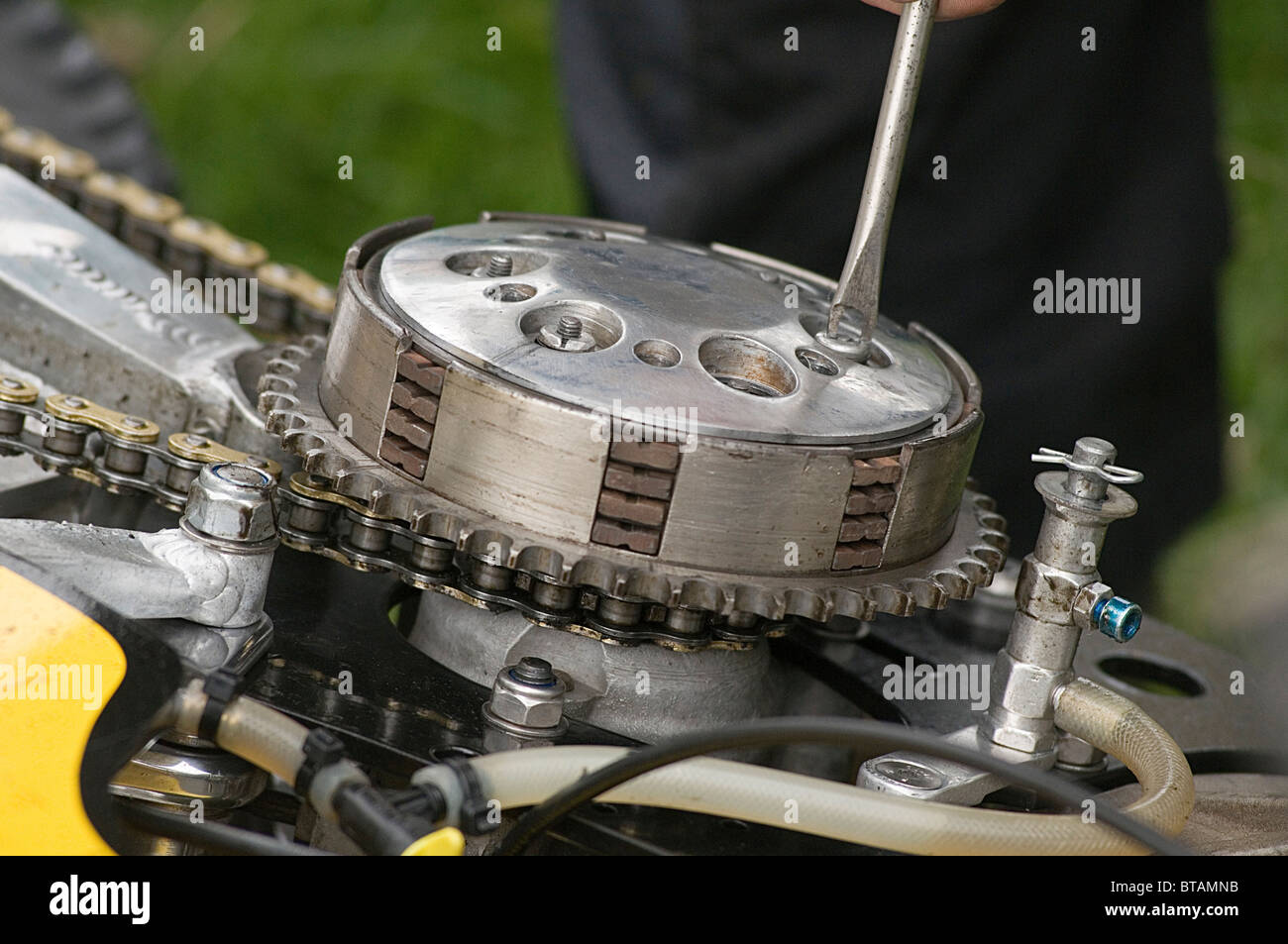 motorcycle-clutch-clutches-basket-plates-friction-plate-flywheel-pressure-BTAMNB.jpg