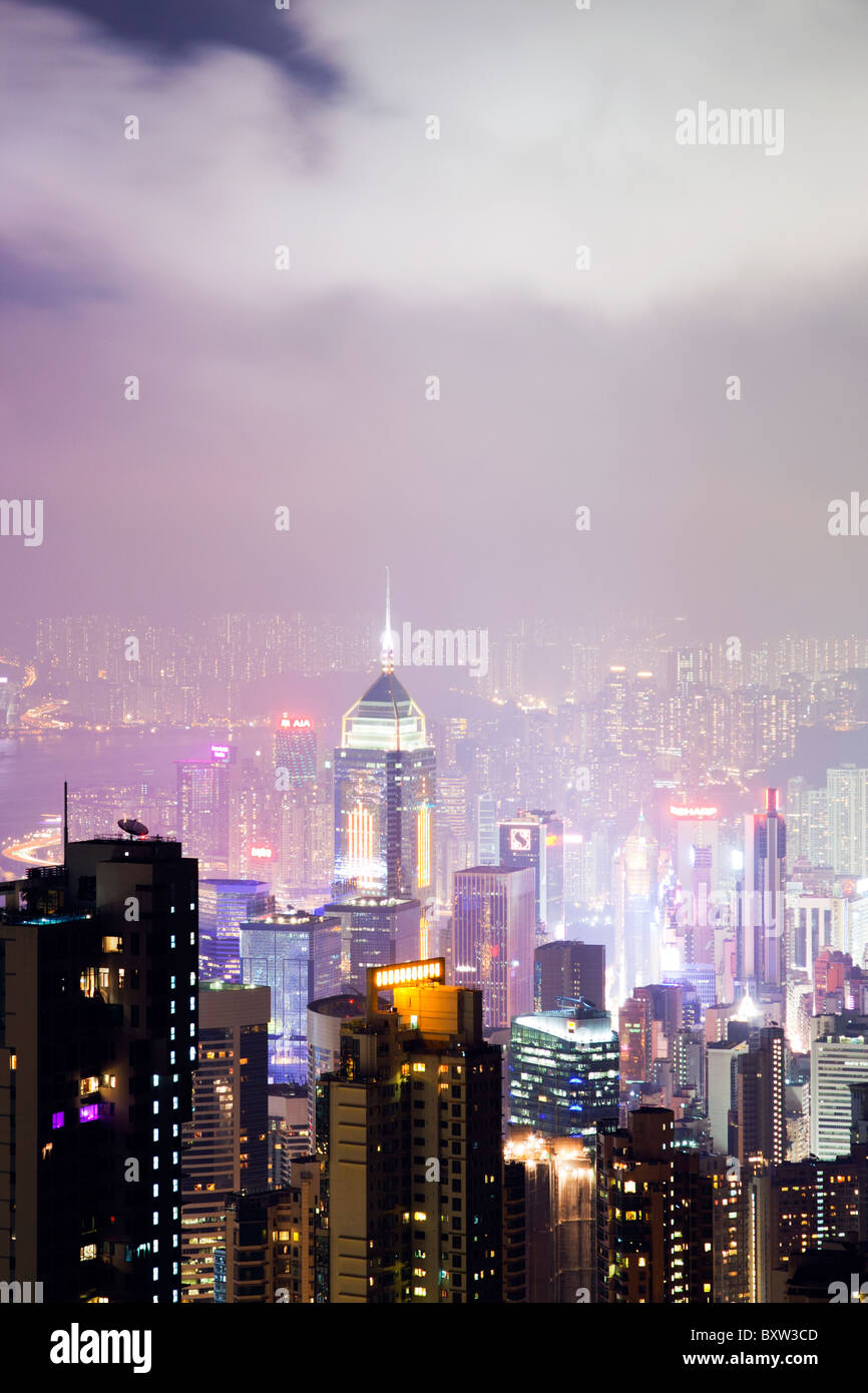 The amazing Hong Kong skyline as seen from The Peak lookout at night. The imposing structures include the central Stock Foto