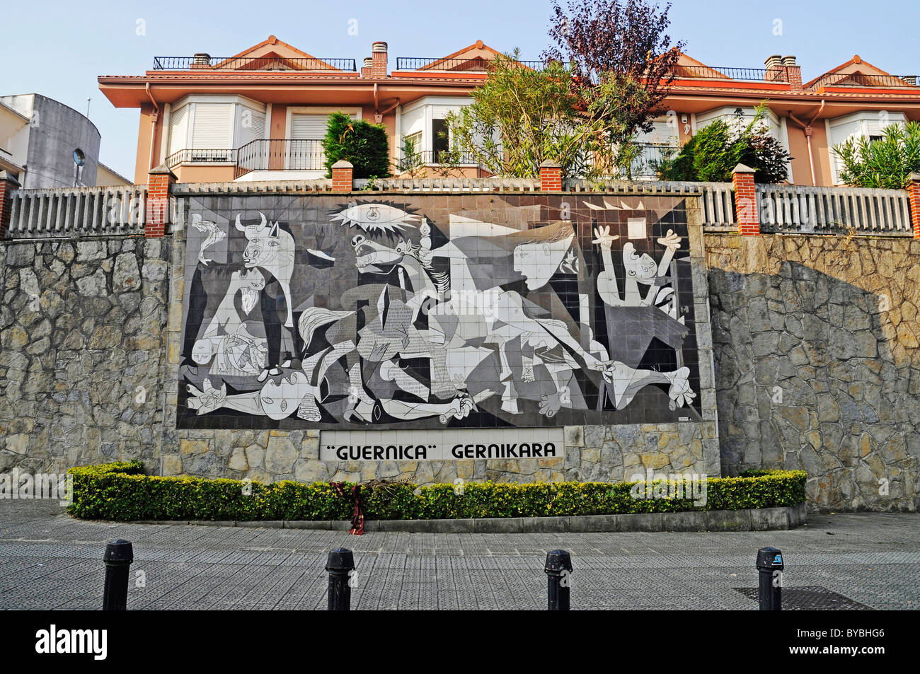 Guernica by pablo picasso reproduction made of tiles on for Mural guernica