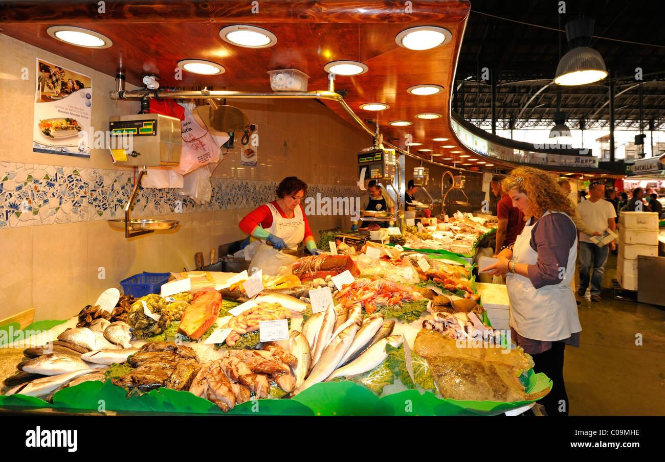 Crabs shrimp various fresh fish market halls mercat de for La fish market