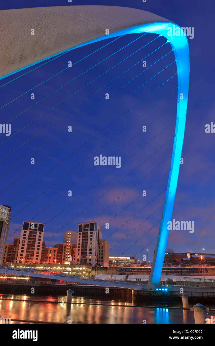 Millennium Bridge and the Baltic Arts Centre Gateshead Newcastle upon Tyne Northumberland England at twilight Stock Foto