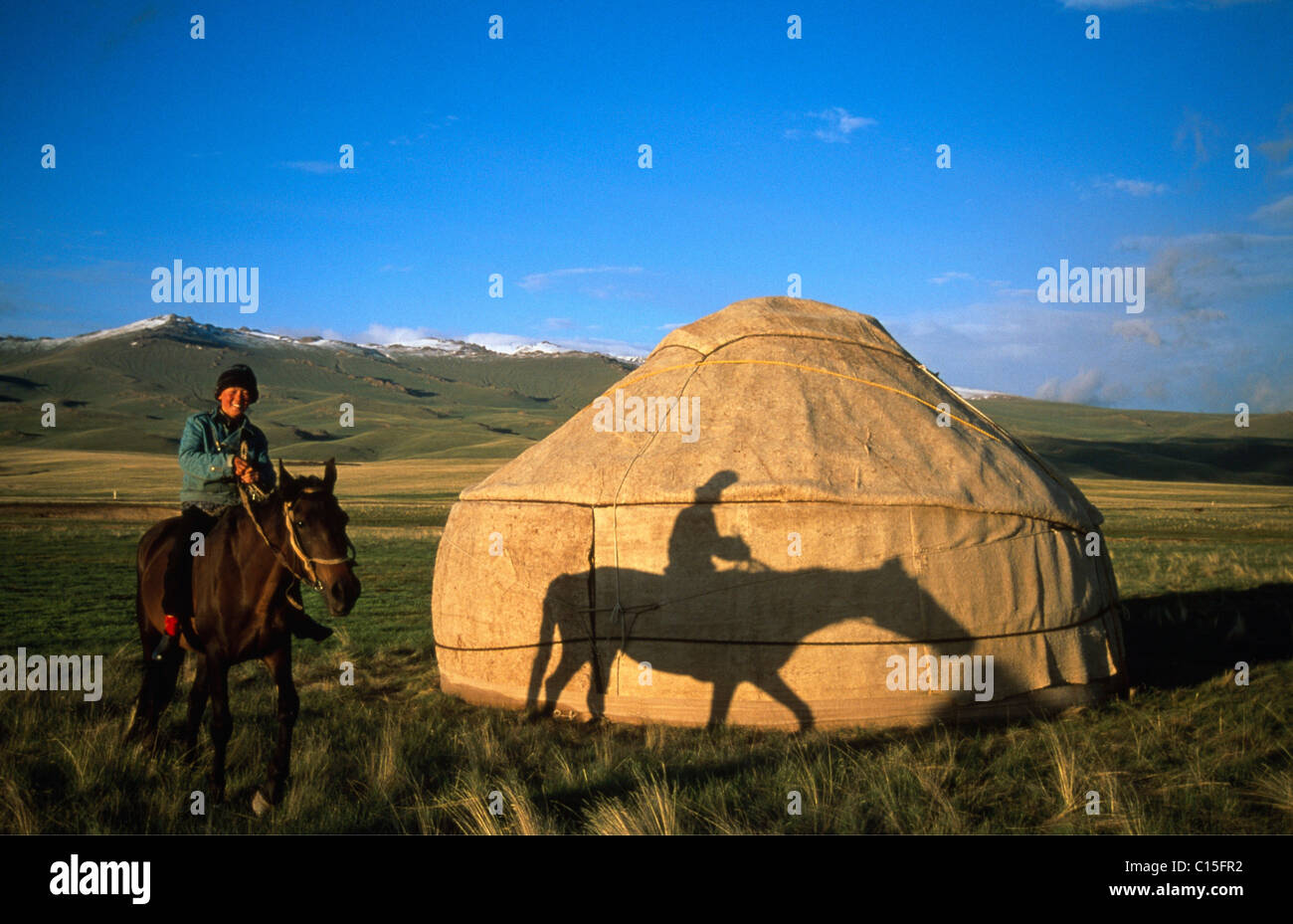 Horse and rider in front of a yurt, Moldo-Too Mountain Range, Song-Kul, Kyrgyzstan, Central Asia Stock Foto