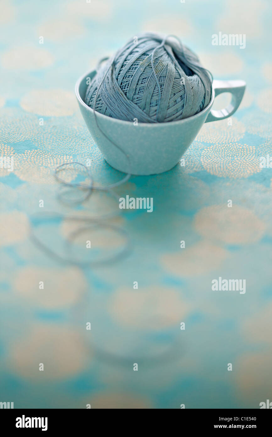 pale blue mel mac vintage coffee cup with ball of string Stock Foto