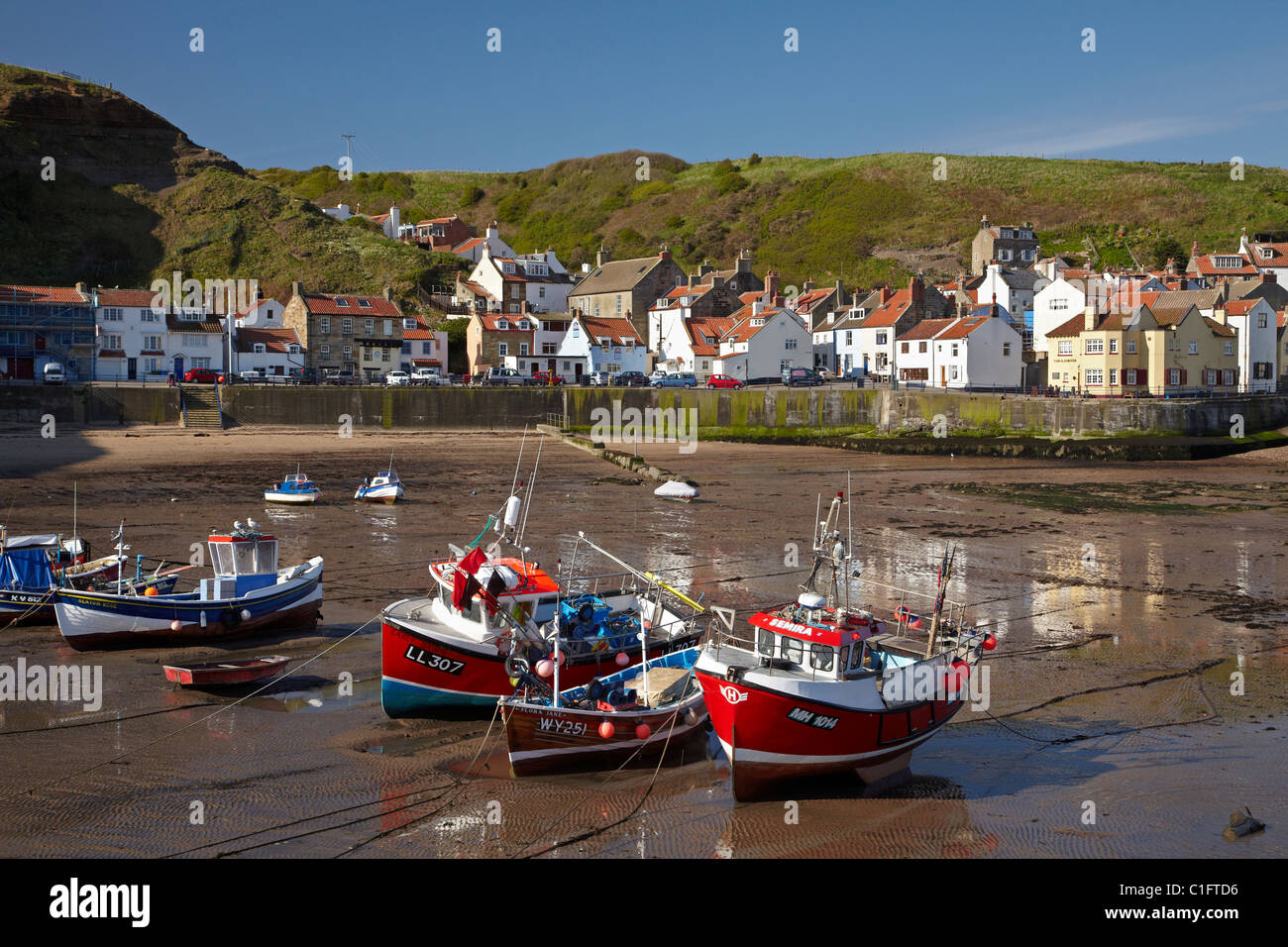 Fishing boats at low tide staithes north yorkshire for Tide for fishing