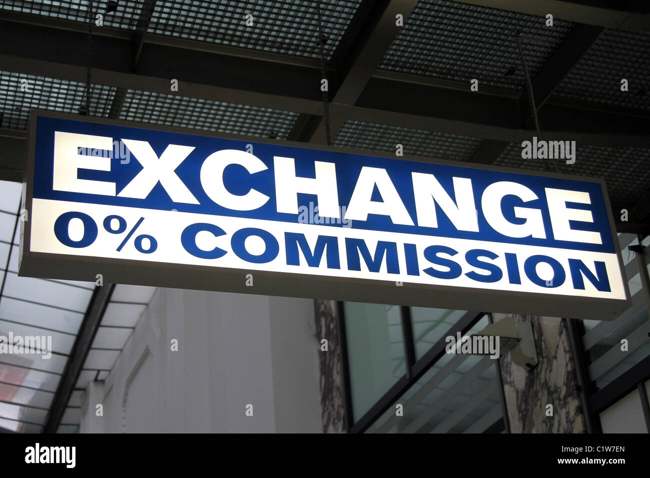 bureau de change 0 commission money exchange sign in. Black Bedroom Furniture Sets. Home Design Ideas