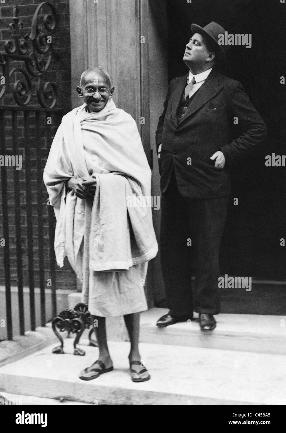 Mahatma Gandhi in front of 10 Downing Street, 1931 Stock Foto