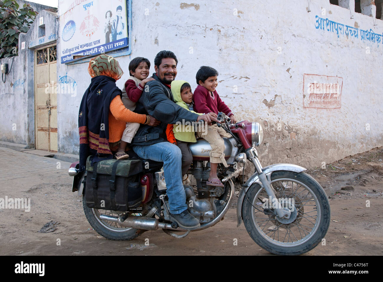 [Imagem: indian-family-on-an-enfield-motorcycle-p...c4756t.jpg]
