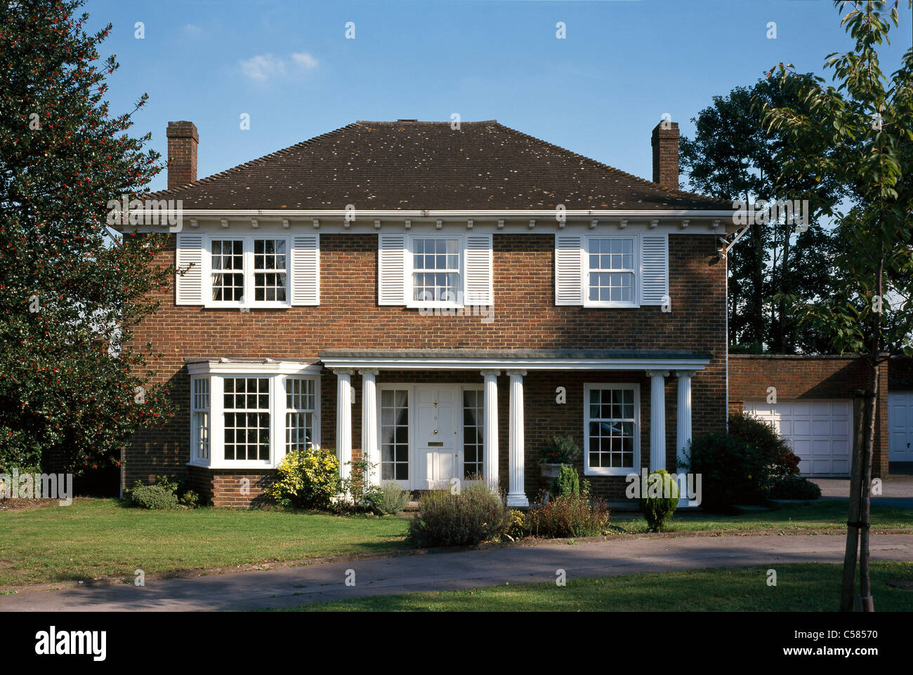 Detached house with portico columns and double garage for Garage portico