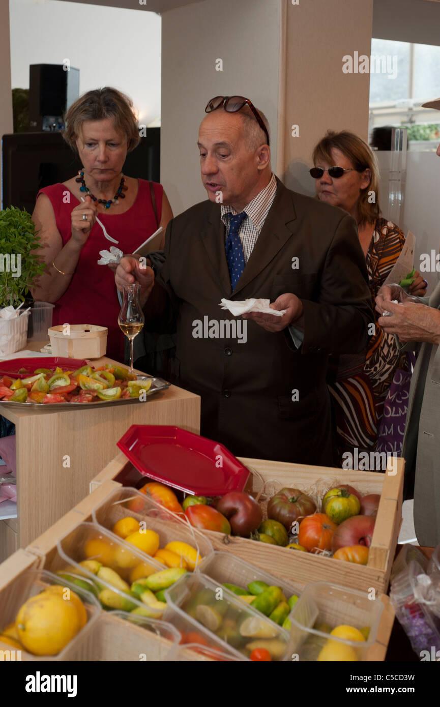 Paris france people test tasting food samples at food - Quiz cuisine francaise ...
