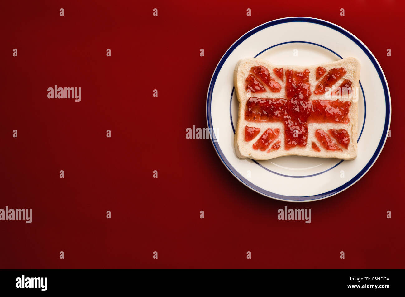 A slice of bread with a union jack flag of strawberry jam Stock Foto