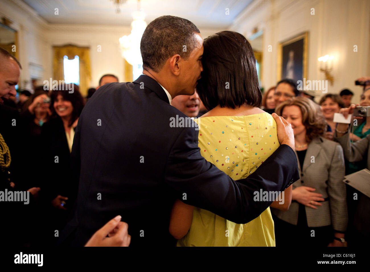 President Obama whispers into Michelle's ear during the White House Cinco de Mayo celebration. Michelle wears an Stock Foto