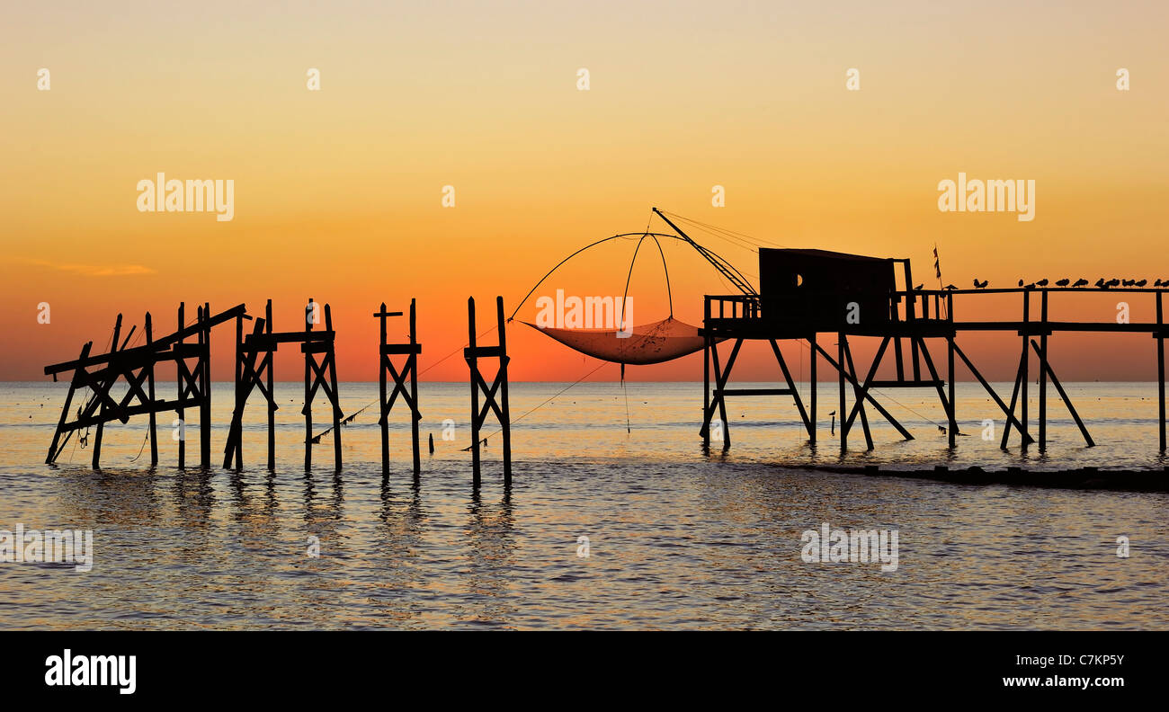 traditional-carrelet-fishing-hut-with-lift-net-on-the-beach-at-sea-C7KP5Y.jpg