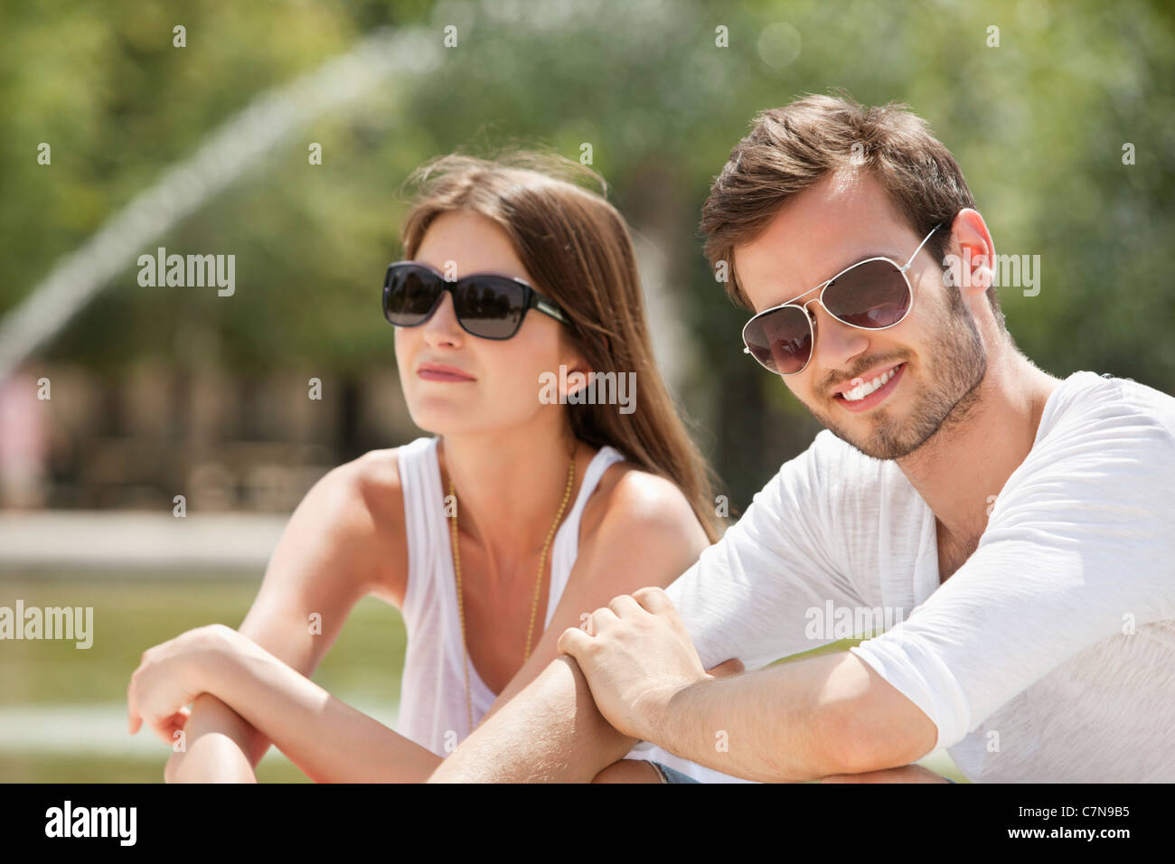 Couple sitting in a garden bassin octogonal jardin des for Bassin de jardin com