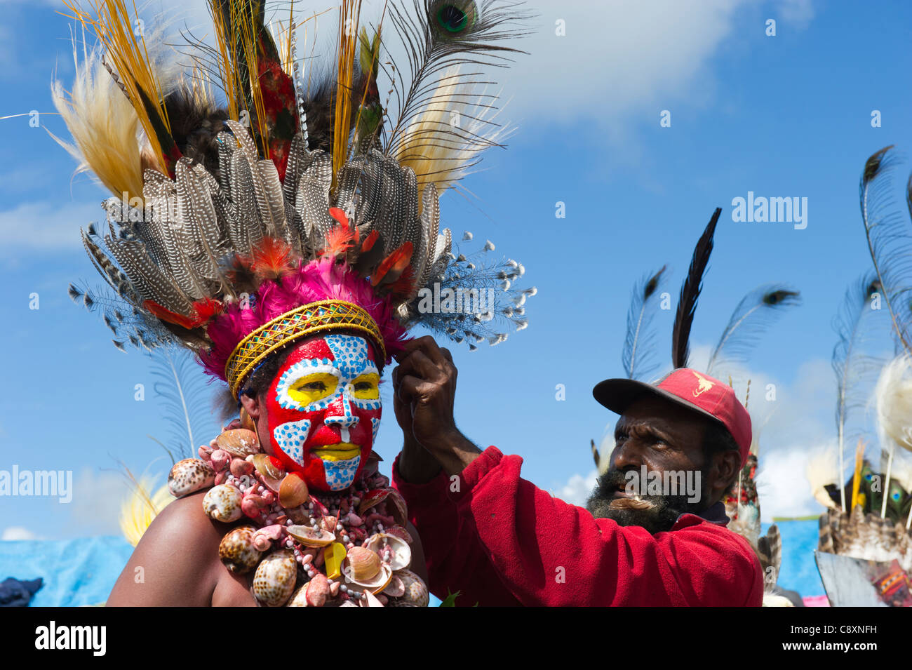 Tribal performers at Mt Hagen show in Papua New Guinea wearing bird of paradise plumes in head dresses Stock Foto